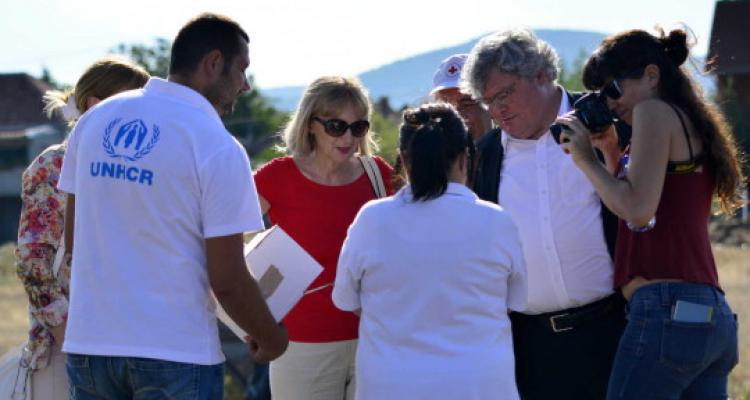 Reinhard Bütikofer (EGP) and Liljana Popovska (DOM) discuss with refugees on the Serbian-Macedonian border