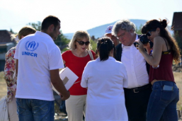 Reinhard Bütikofer (EGP) and Liljana Popovska (DOM) discuss with refugees on the Serbian-Macedonian border